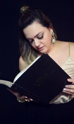 Andreia lendo a Bíblia